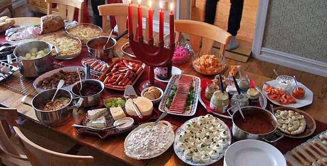 Privat julbord uppdukat och klart för servering, minst lika gott som ute på restaurang.